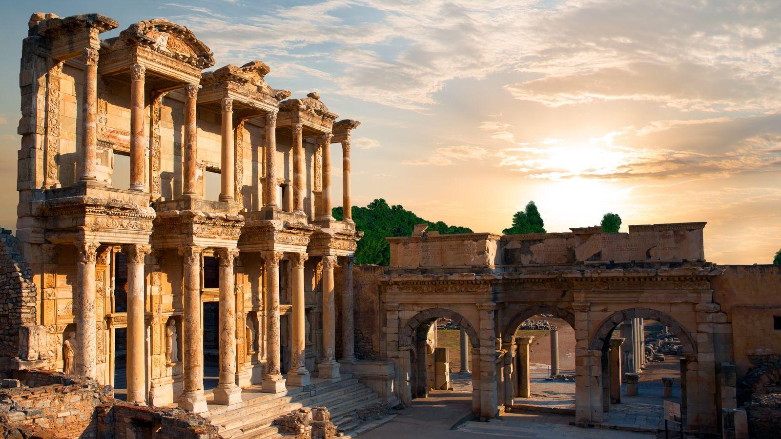 À la mort du souverain Attale III, en 133 av. J.-C., Éphèse passe sous domination romaine. ...