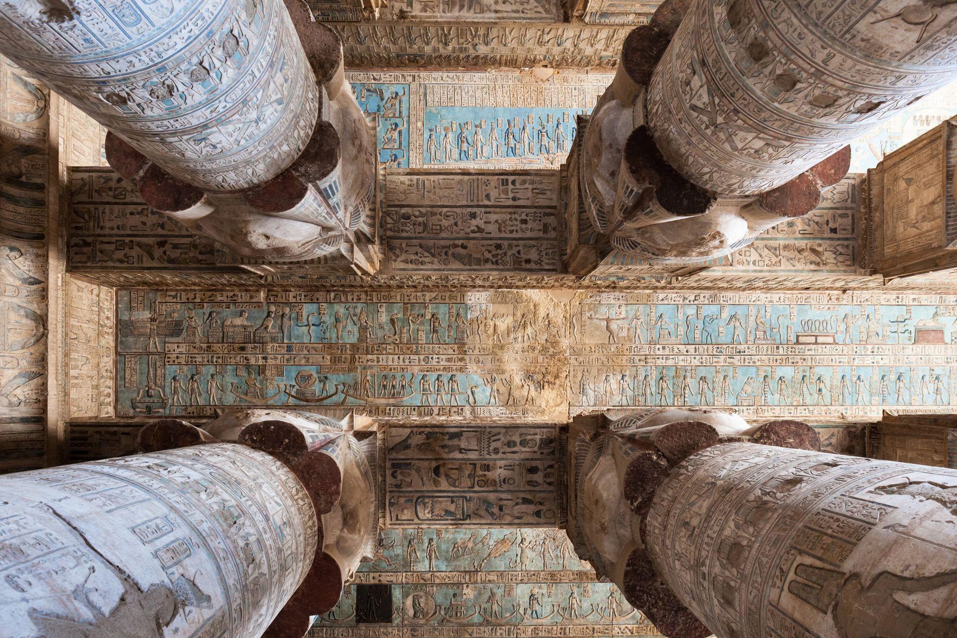 Au Ve  siècle, les Coptes érigèrent une église parmi les temples du complexe de Dendérah, ...
