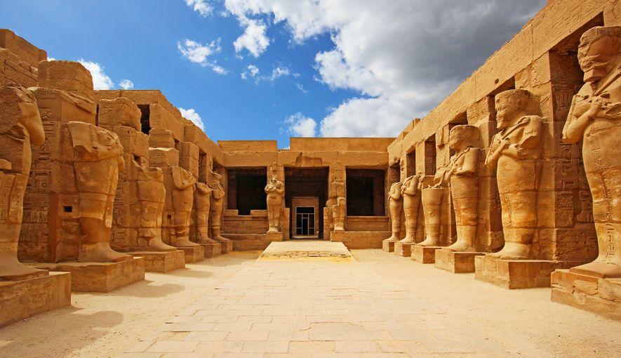 Solon et Hérodote font tous deux référence à un temple de Karnak, où le dieu Thot ...