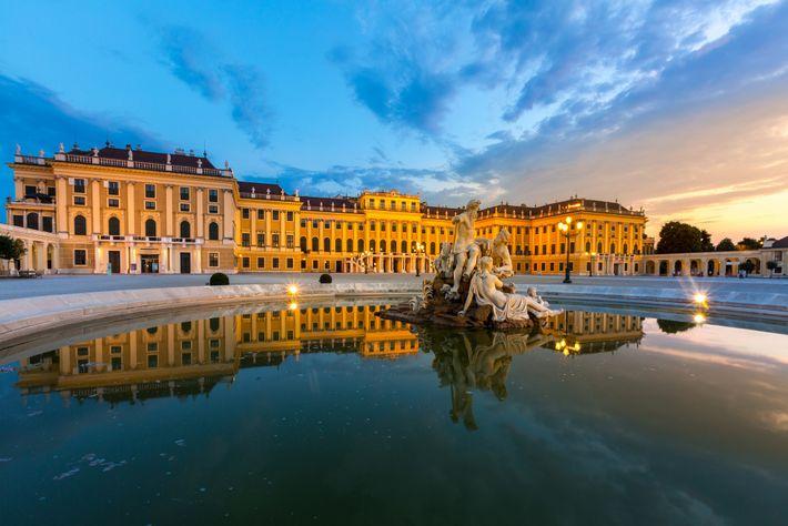 En 1786,l'empereur germanique Joseph II commande à Mozart un opéra court, Le Directeur de théâtre, destiné ...