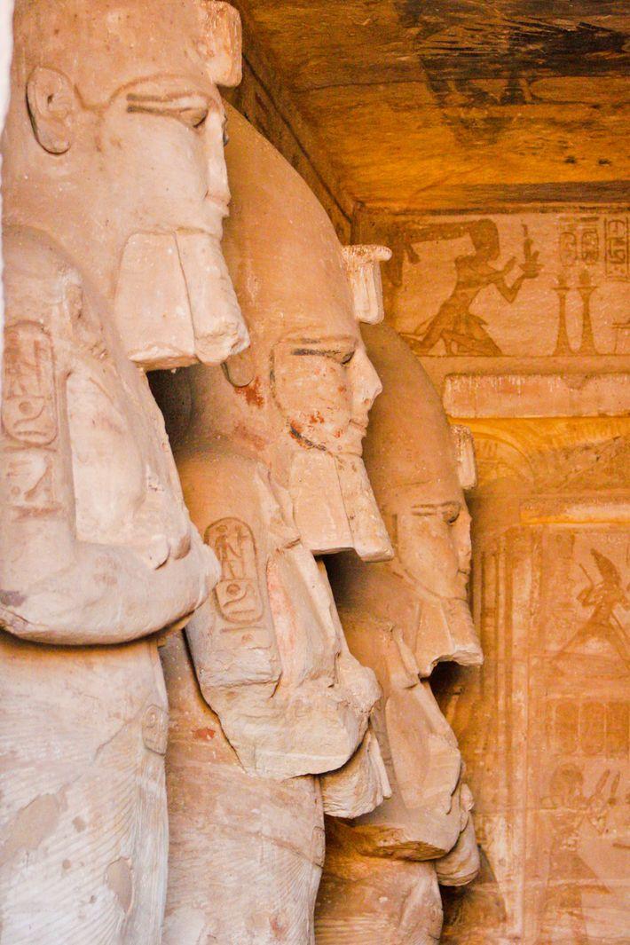 Dans le temple de Ramsès II à Abou Simbel, l'allée centrale est bordée de huit colosses ...