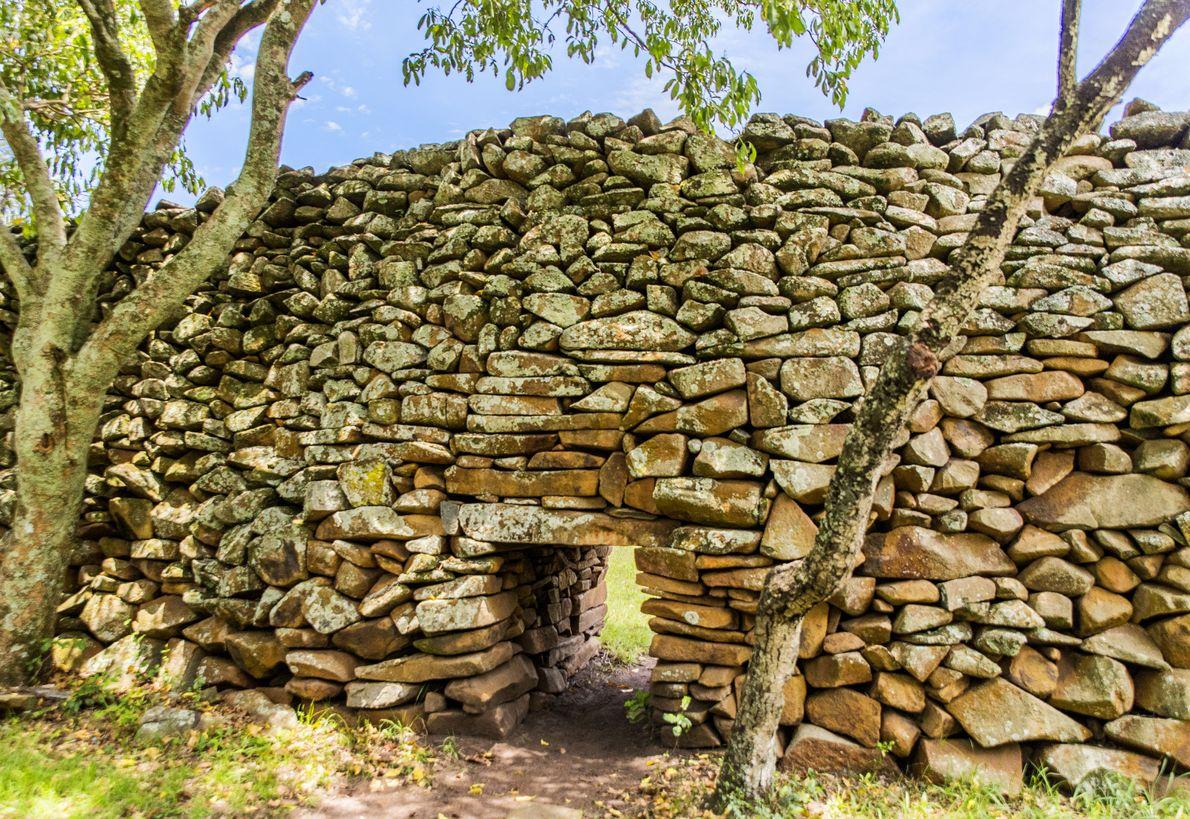 Au Kenya, dans la région du lac Victoria, on retrouve un établissement fortifié en pierre sèche ...
