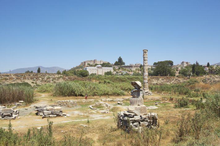 Sur place, il ne reste aujourd'hui du temple d'Artémis que deux colonnes, visibles sur cette vue ...