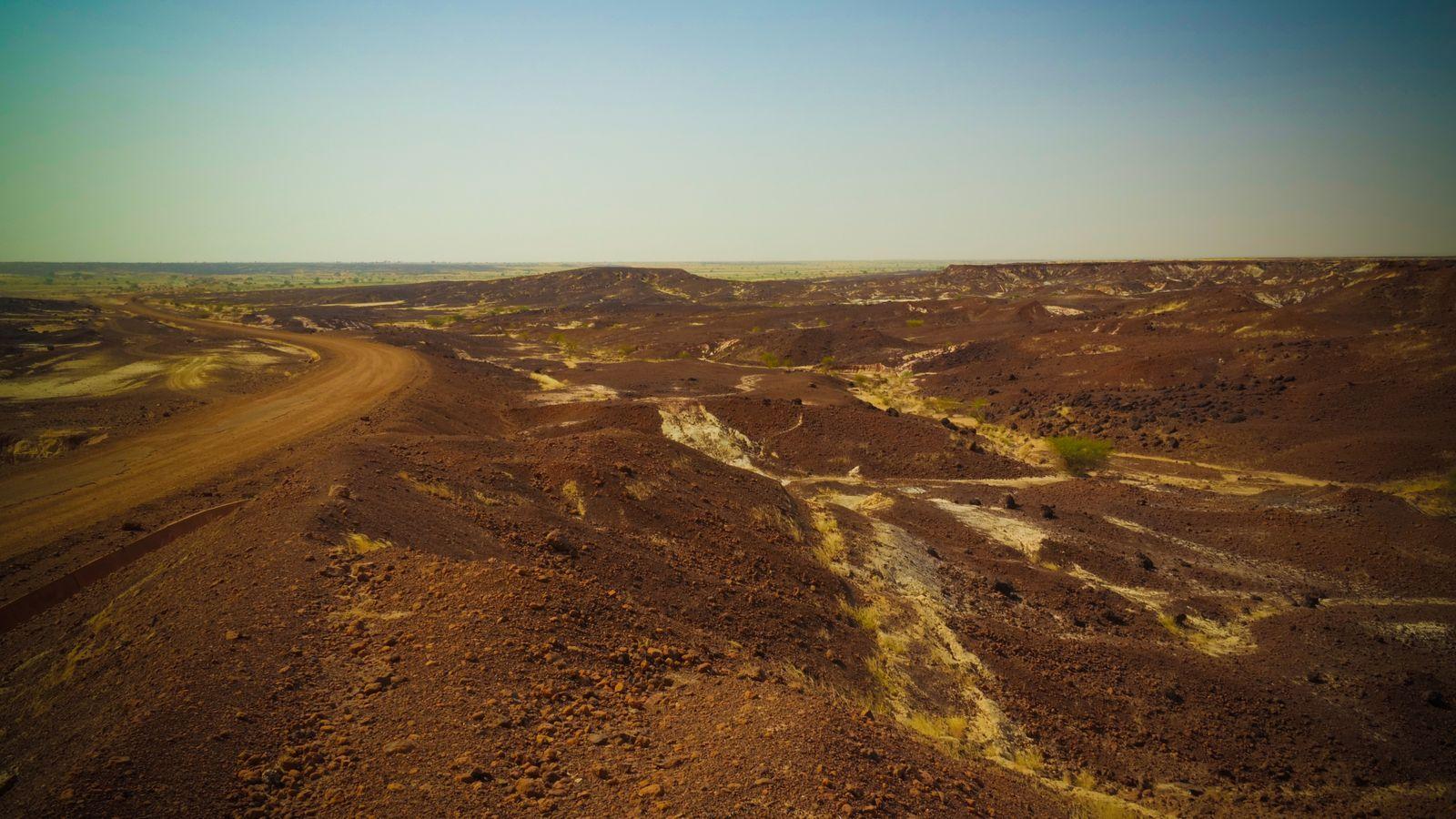 Paysage rocheux au désert du Sahara près de la région de Tchirozerine, Agadez, Niger.