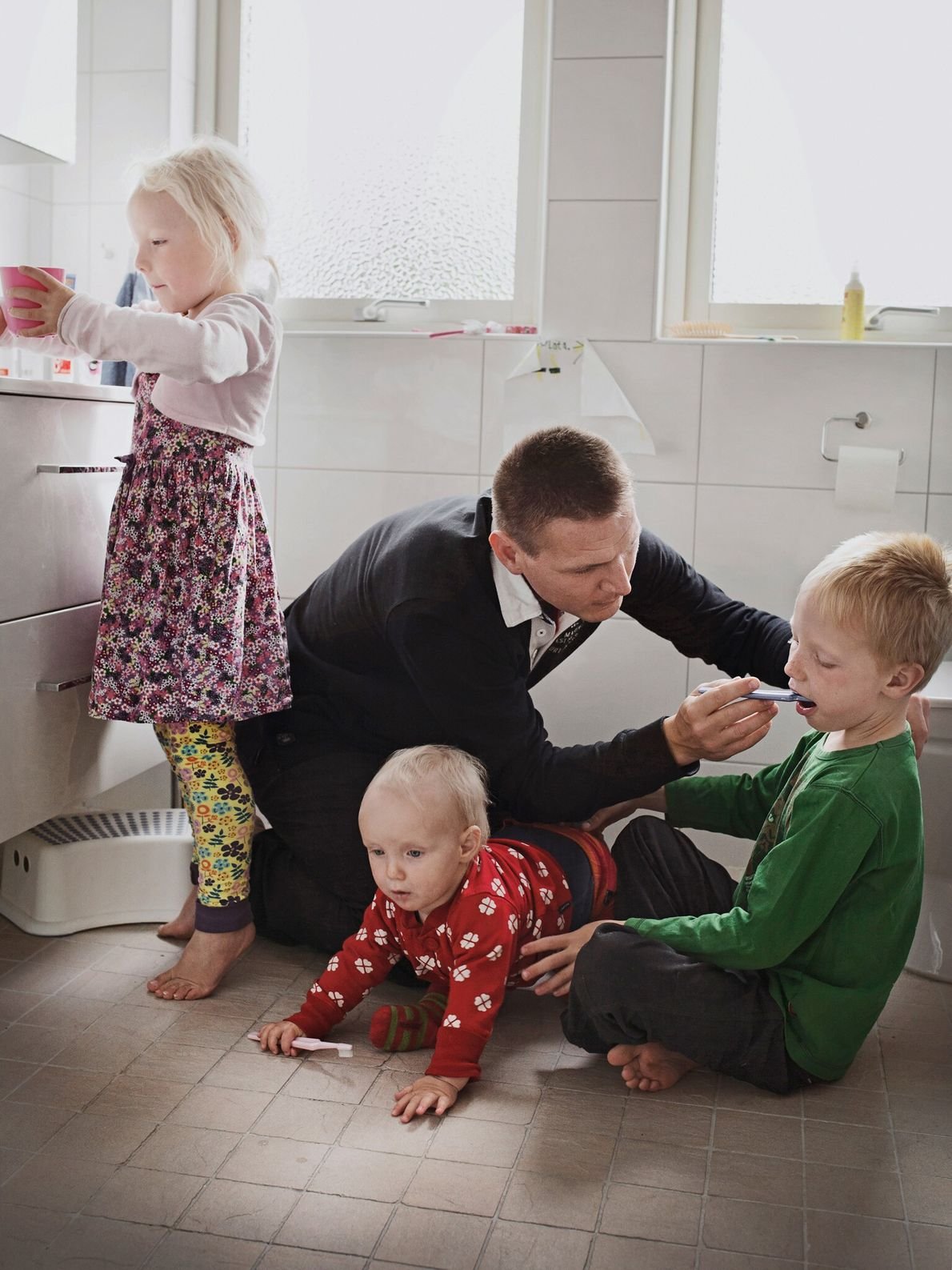 Johan Ekengård et sa femme ont divisé en parts égales leur congé parental. Ci-dessus, il gère ...