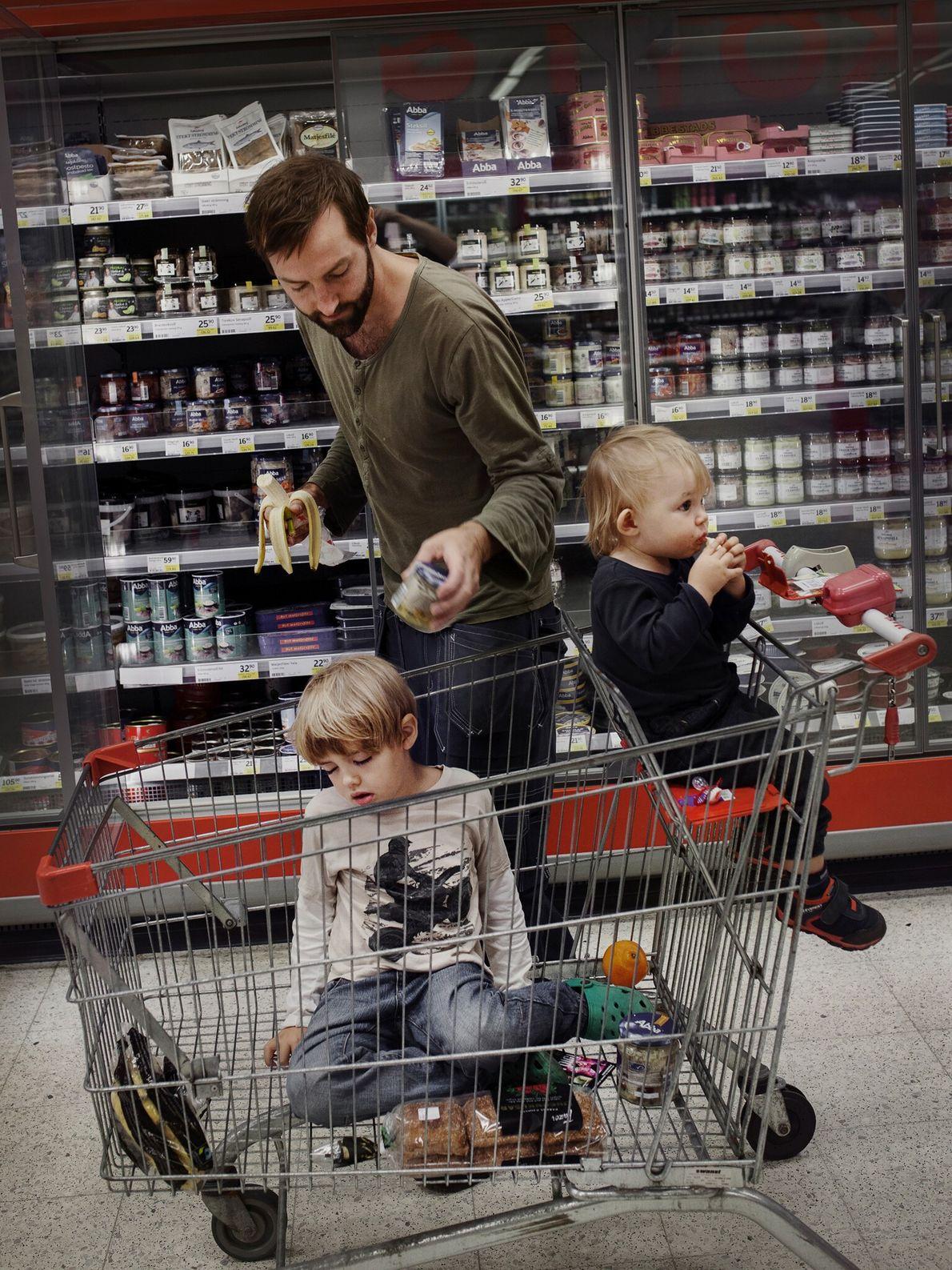 Le système suédois de congé parental « relève de l'utopie pour certaines personnes, » déclare le magasinier et ...