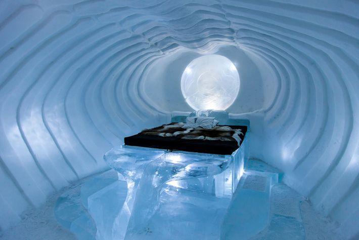 Des sculpteurs sur glace viennent du monde entier pour donner forme aux suites à thème de ...