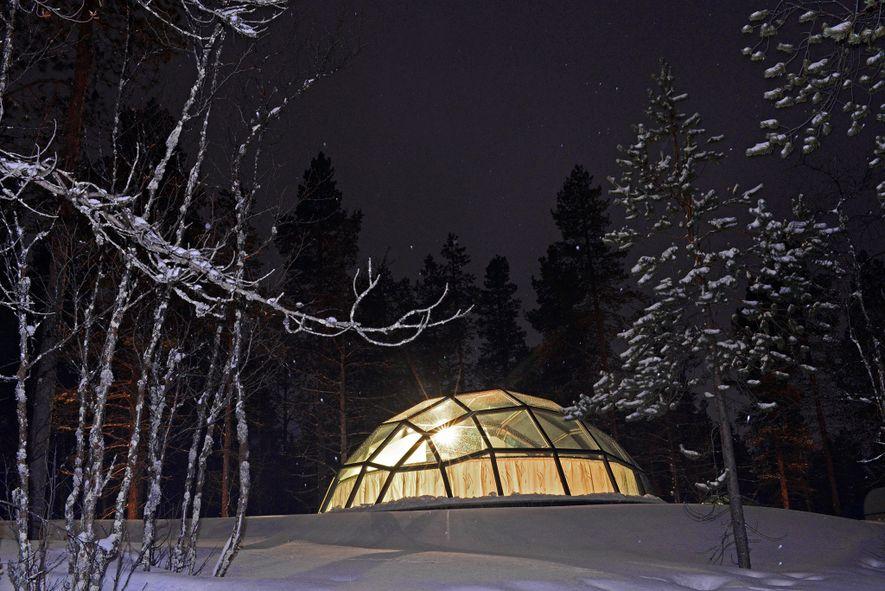Au Kakslauttanen Arctic Resort, les invités profitent d'une vue dégagée sur le ciel nocturne.