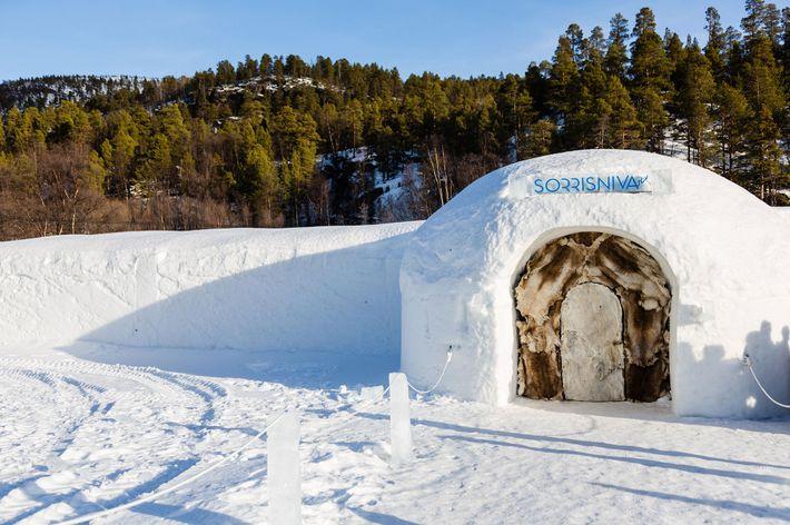 Chaque année, des ouvriers et artistes locaux font renaître l'hôtel-igloo Sorrisniva.