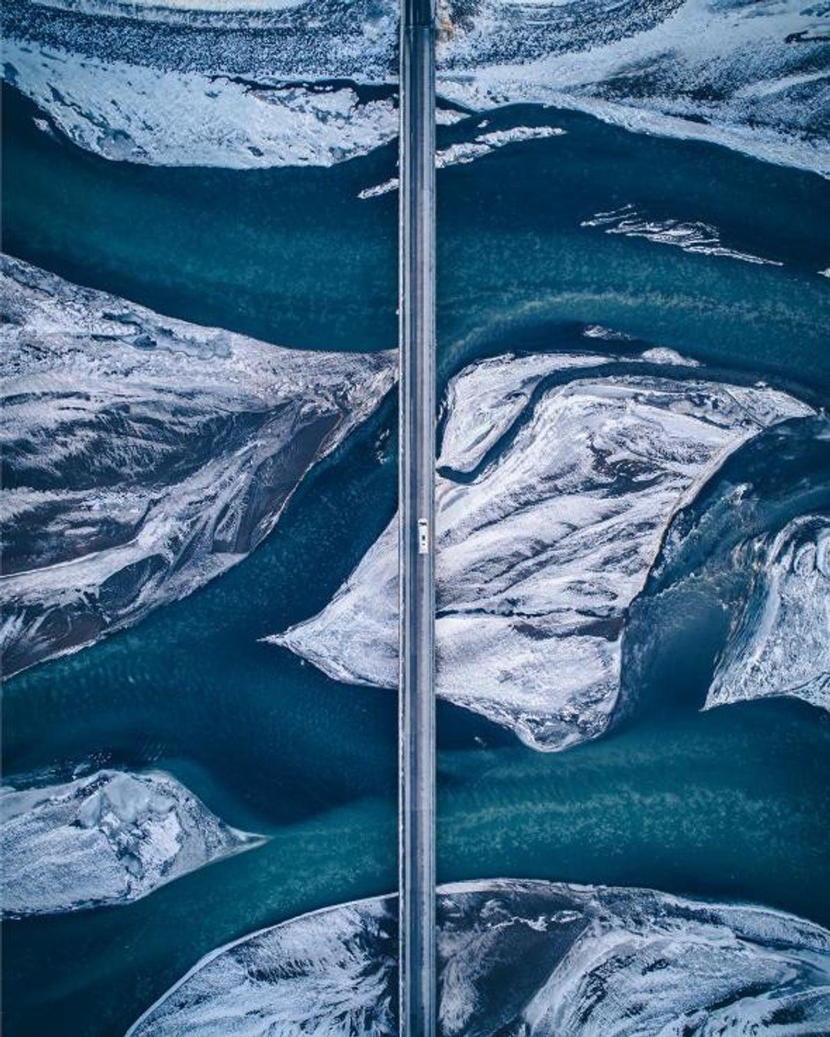 « Sur la côte sud de l'Islande, la nature contraste avec les infrastructures humaines. Voir ce ...