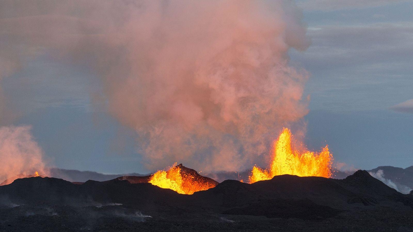 Une photo aérienne prise le 14 septembre 2014 montre le Bárðarbunga cracher de la lave et ...