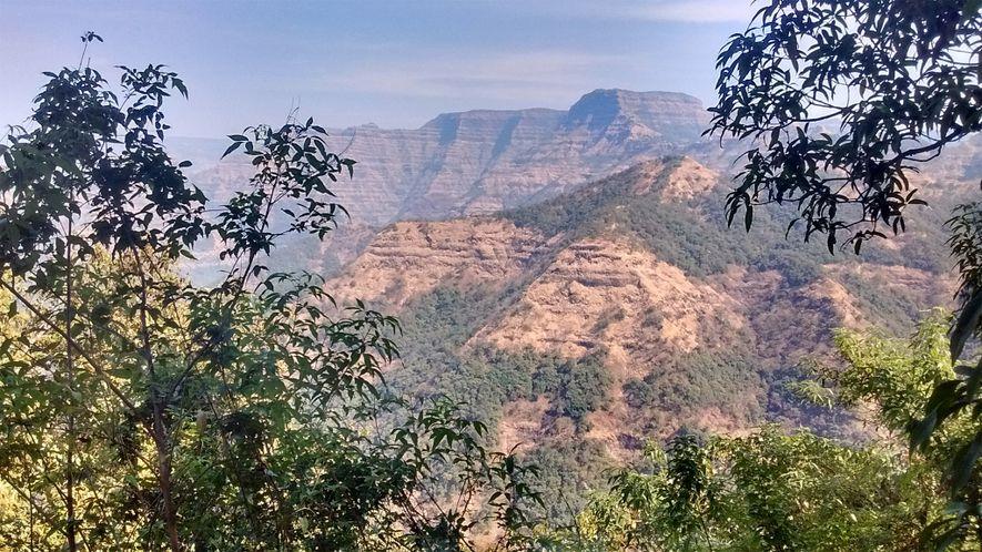 Une alternance de couches de lave libérée lors des éruptions du Deccan et de lits sédimentaires ...