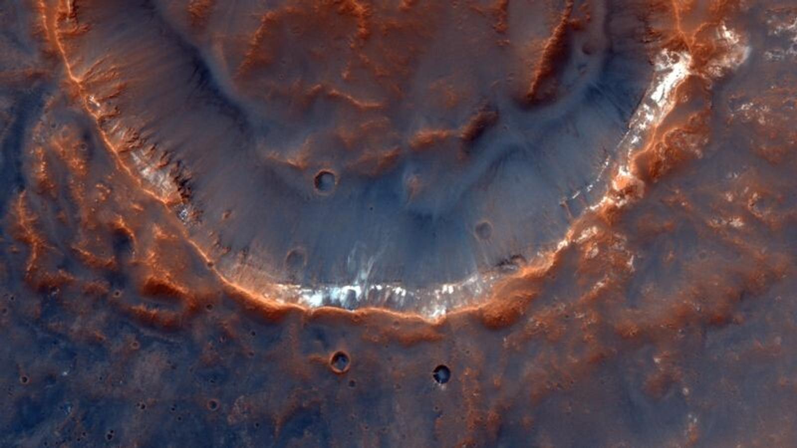 L'imageur CaSSIS capture des images à hautes résolutions de cratères comme celui-ci, situé dans la région ...