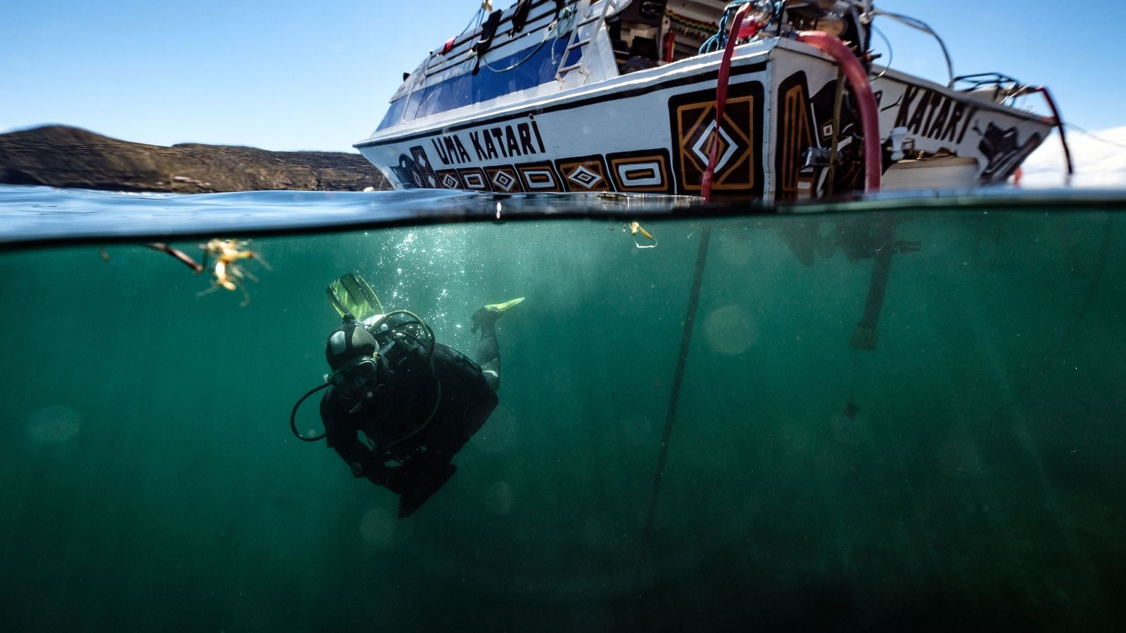 Un membre de l'équipe de recherche plonge dans le lac Titicaca qui marque la frontière entre ...