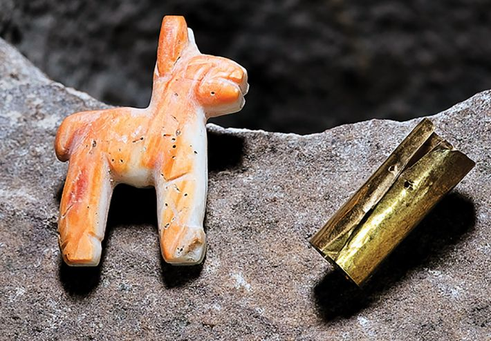 La boîte à offrandes contient un lama miniature taillé dans une coquille teintée de corail et ...