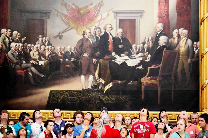 Un groupe de touristes admire le tableau de John Trumbull des Pères fondateurs réunis au sein ...