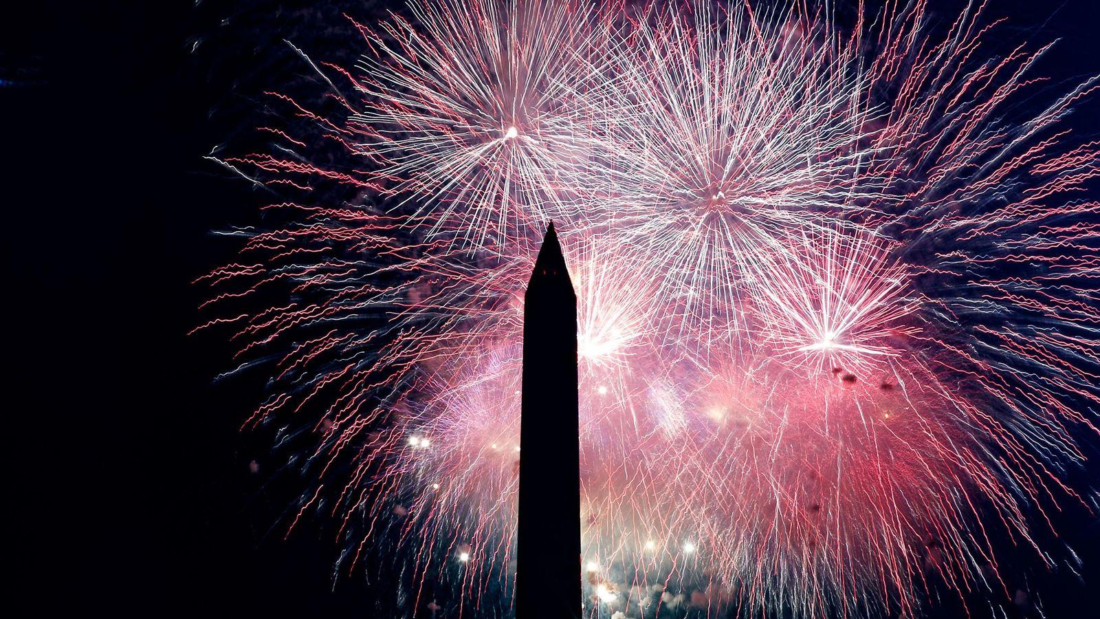 Des feux d'artifice éclatent par-dessus le Washington Monument lors des festivités du Jour de l'Indépendance du ...