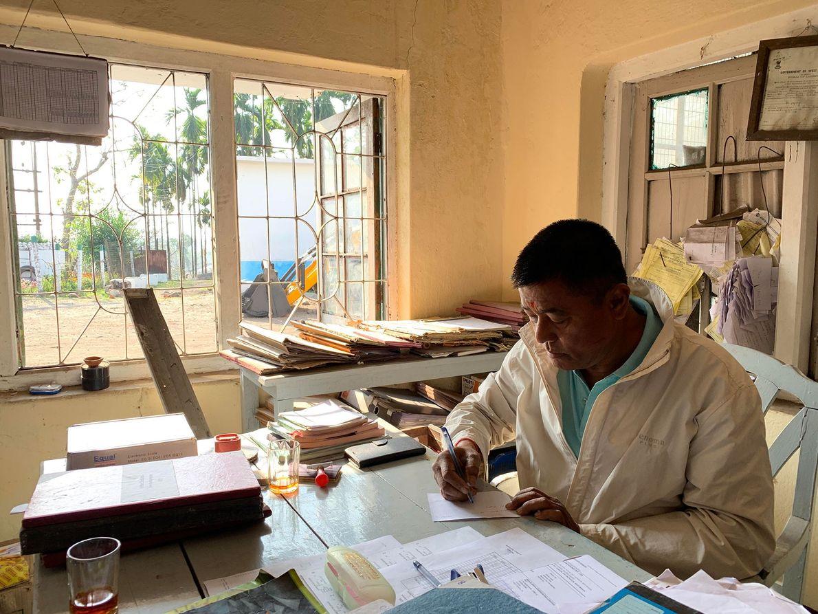 Punam Pradhan, le superviseur de la plantation Looksun, travaille dans le secteur du thé depuis l'âge ...