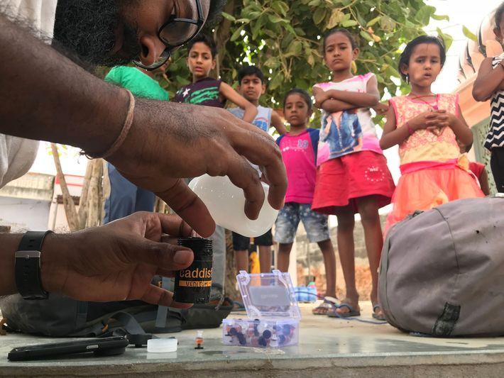 Siddharth Agarwal mesure le taux de concentration en fluorure de l'eau contenue dans les puits d'un ...