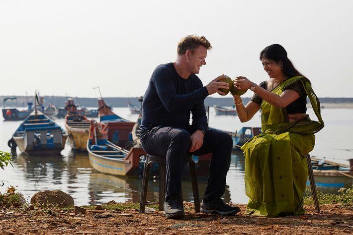 Pendant le tournage à Kanur, en Inde, Gordon Ramsay et la cheffe Shri Bala dégustent un ...