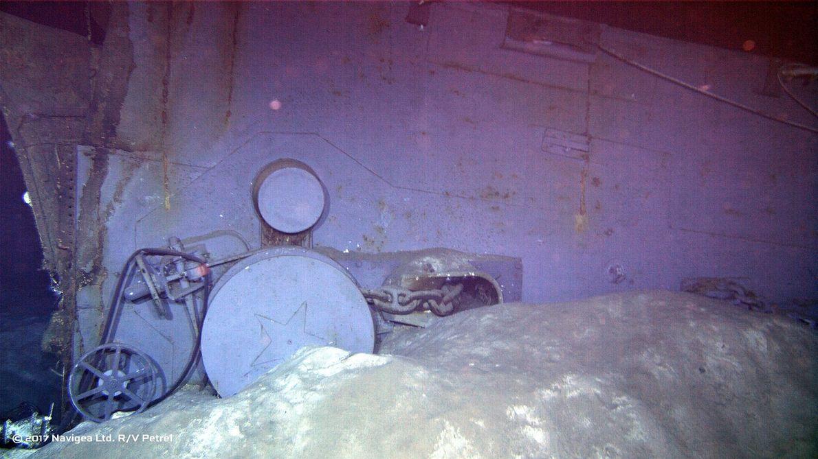 Cette image de l'épave montre l'un des deux guindeaux de l'ancre à l'avant du navire.