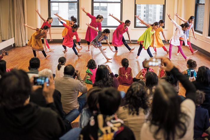 À Manhattan, des filles d'origine indienne exécutent le bharatanatyam, une danse classique du sud de l'Inde. ...