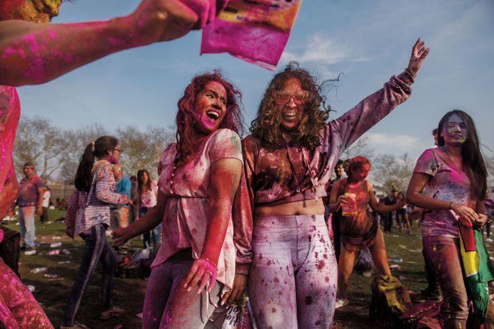 Deux femmes profitent de la fête indienne de Holi, à Richmond Hill, un quartier populaire du ...