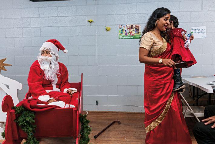Banujah Balasubramaniam fête Noël avec sa fille, lors d'une cérémonie de la communauté sri lankaise de ...
