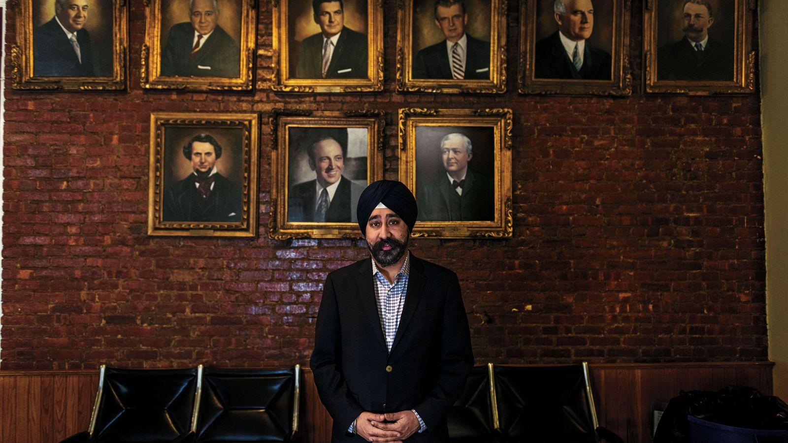 Ravi S. Bhalla, élu maire de Hoboken (New Jersey) en novembre 2017, se fait photographier devant ...