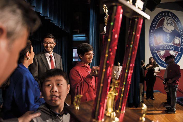 Pranav Chemudupaty (au centre) a remporté un important concours d'orthographe texan. À sa gauche : Anjay ...