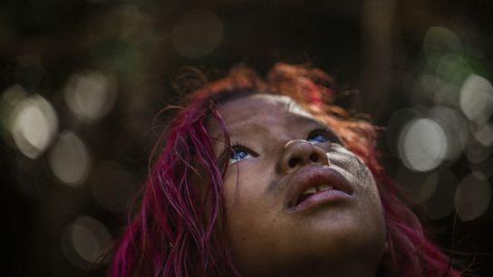 Chez les Guaranis Mbya, les enfants comme Manuela Vidal ci-dessus apprennent leur langue et leur culture ...