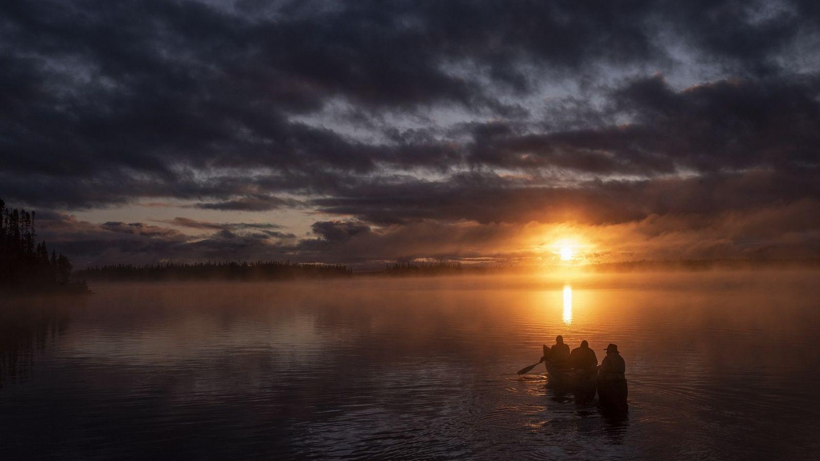 Au crépuscule, un canoë navigue sur le lac Opémisca, situé non loin de la communauté des ...