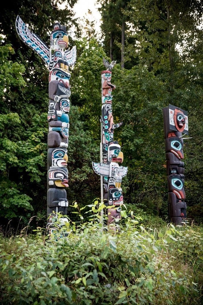 À Vancouver, en Colombie-Britannique, le parc Stanley abrite un grand nombre de totems. Les neuf totems ...