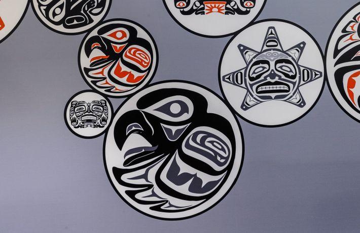 Des œuvres d'art réalisées par des artistes autochtones sont exposées dans les luxueuses suites et espaces ...