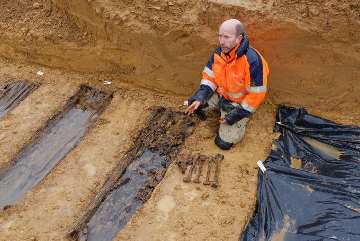 A Spincourt, une fosse collective contenant environ 65 soldats a notamment été mise au jour. Le ...