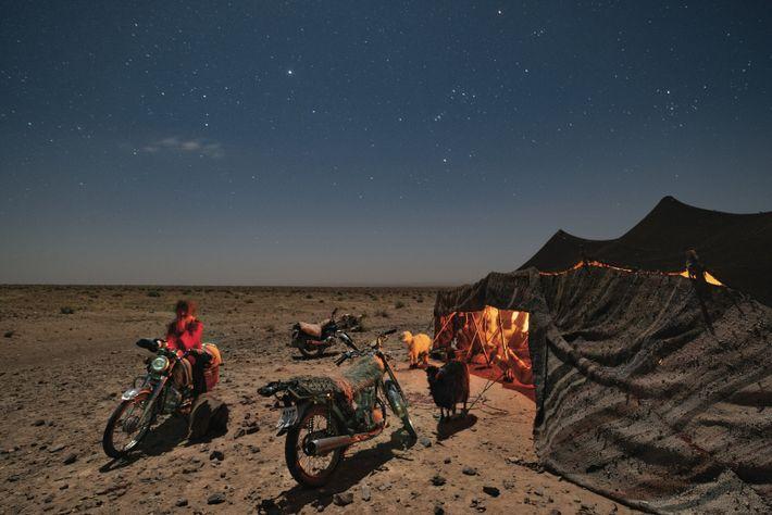 DÉSERT DE LOUT, IRAN. Des nomades campent dans le désert de Lout, où il y a ...