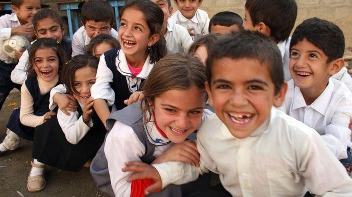 Des écoliers jouent dans la cour de récréation en Irak.