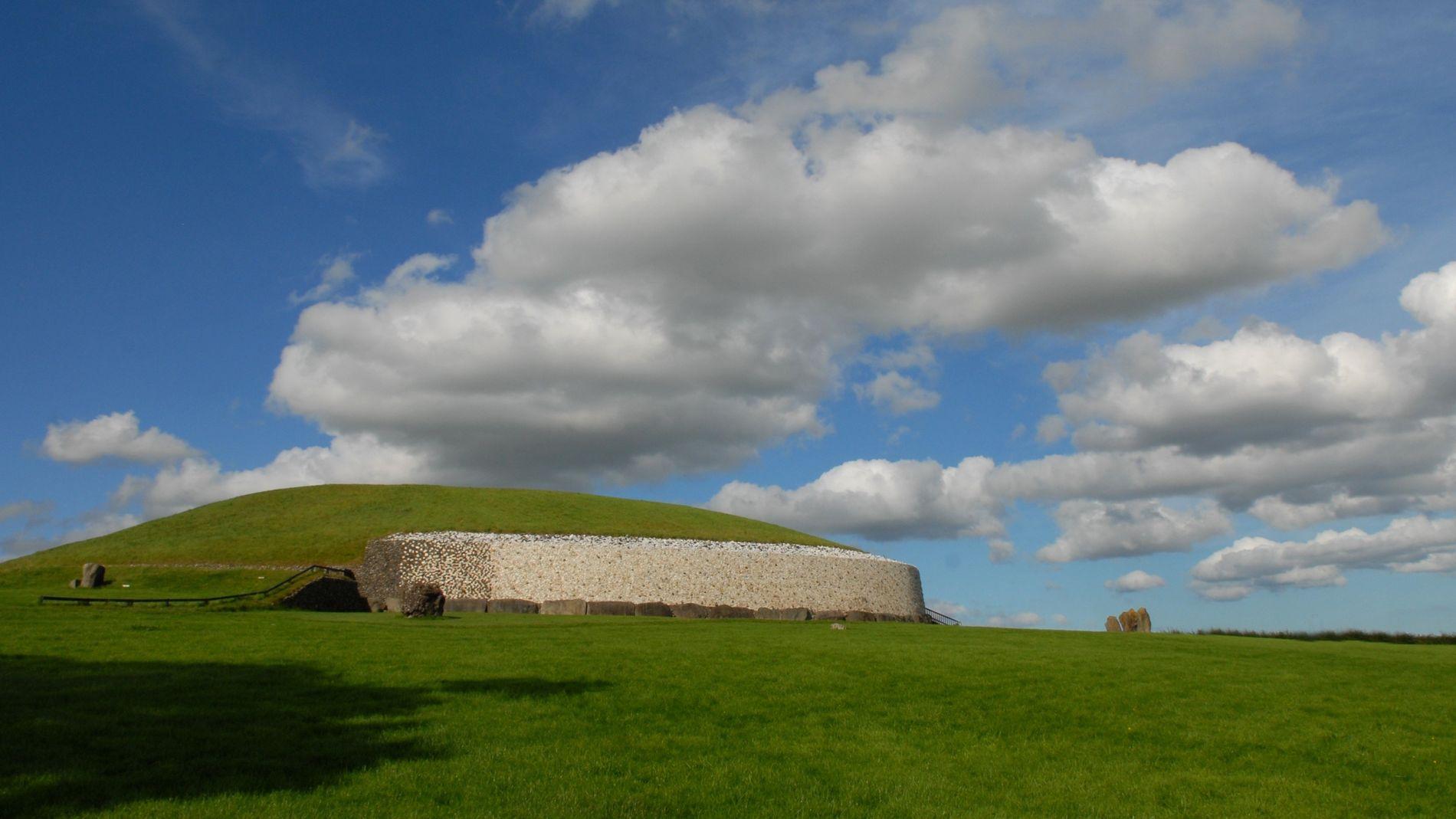 Newgrange, construit autour de 3 200 ans av. J.-C., est l'un des sites archéologiques les plus ...