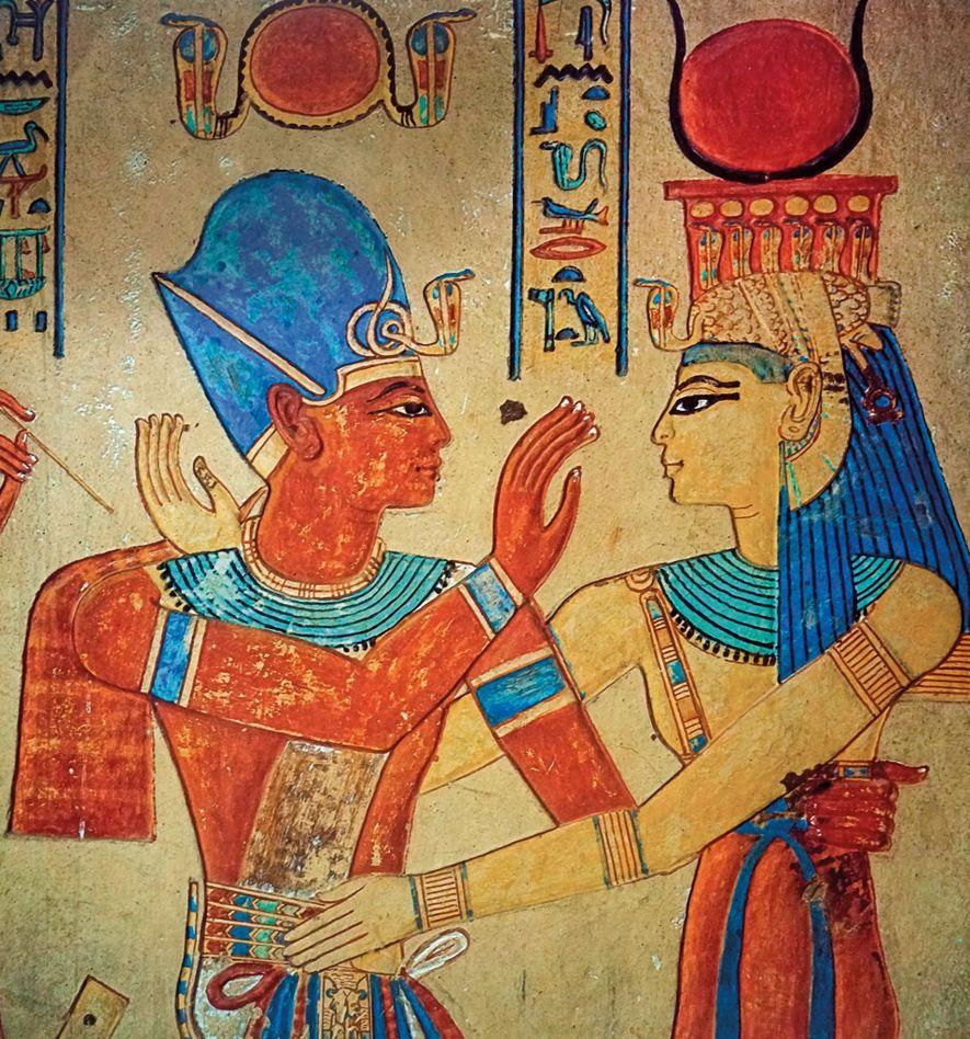 La déesse Isis embrasse le pharaon Ramsès III (à gauche) sur ce relief datant du 12e ...