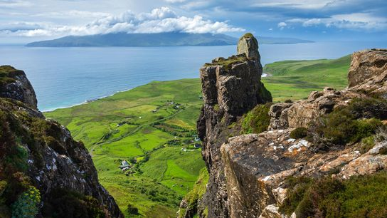 Partez à la conquête du plateau rocheux situé à l'extrémité nord de l'île d'Eigg pour profiter ...