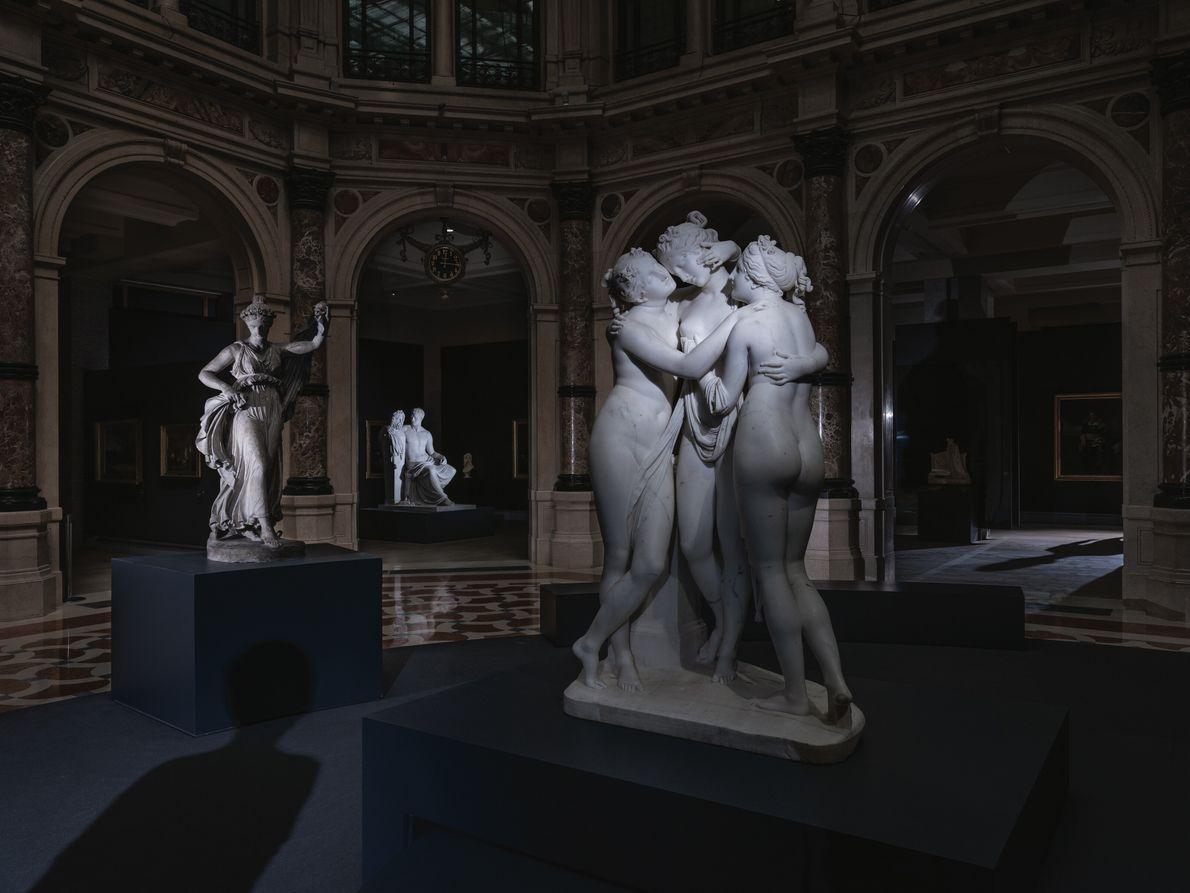 L'art sans public. Milan, Italie.  Les Trois Grâces, une sculpture du XIXe siècle due à Antonio Canova, s'étreignent ...