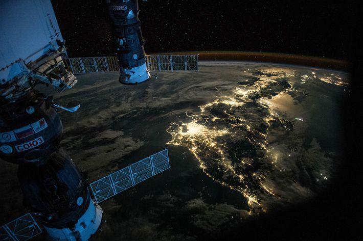 Cette photographie de nuit du Japon a été prise le 25 juillet 2015 par l'astronaute de la NASA ...