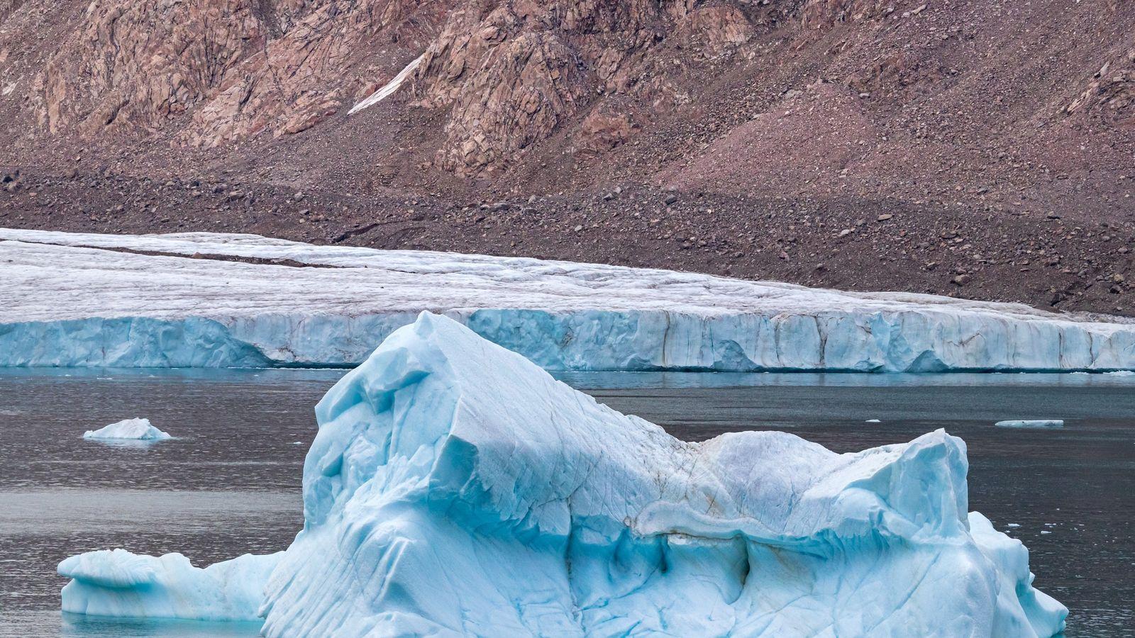 Iceberg prèsd'un glacier au large de l'île d'Ellesmere, région de Qikiqtaaluk dans le territoire canadien deNunavut.