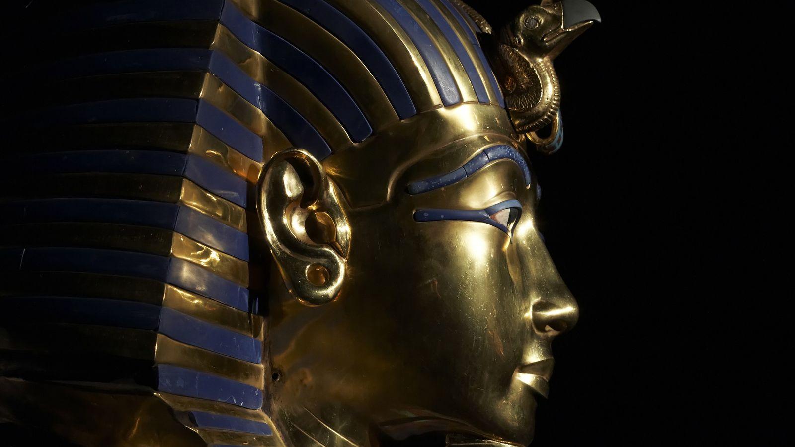 Du masque en or de Toutânkhamon, Carter écrivait :  « Contrastant avec la couleur sombre du corps, ...