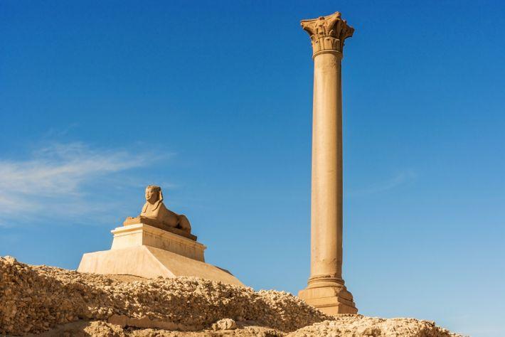 Là où se dressait jadis le Sérapéum d'Alexandrie, le monumental temple dédié au dieu Sérapis, ne ...