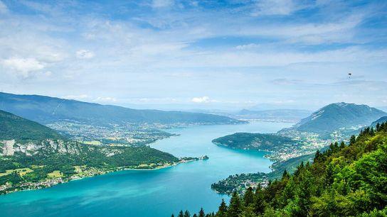 Alimenté par des sources de montagne, le lac d'Annecy est connu pour la propreté de ses ...