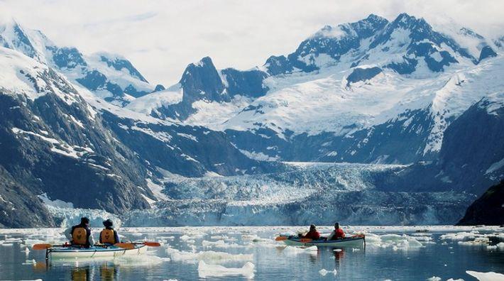 Des kayakistes se lancent à l'aventure dans le Parc national de Glacier Bay.