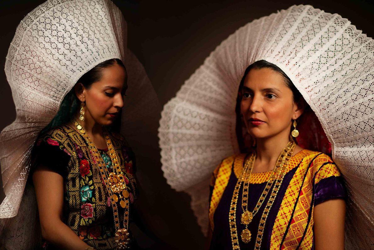 Deux sœurs sont parées d'un « bidani roo », communément appelé « lueur » ou « ...