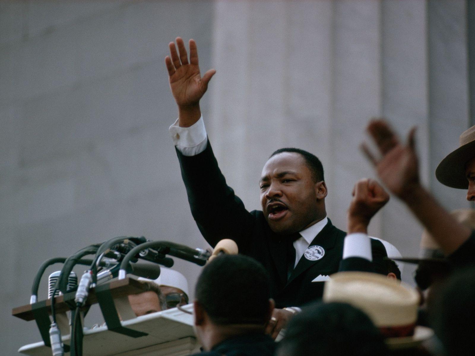 Martin Luther King, Jr., lève le bras vers la fin de son discours emblématique « I ...