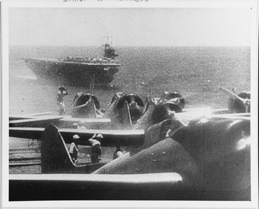 Les bombardiers en piqué japonais s'apprêtent à décoller du pont d'un porte-avions vers 7 heures du ...
